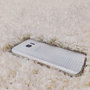 telefon komórkowy leżący na dywanie