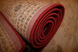 zdjęcie zwiniętego dywanu