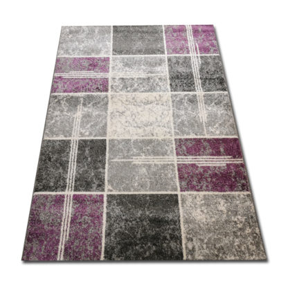 dywan w fioletowe kwadraty