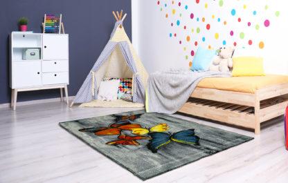 Szary dywan w motylki